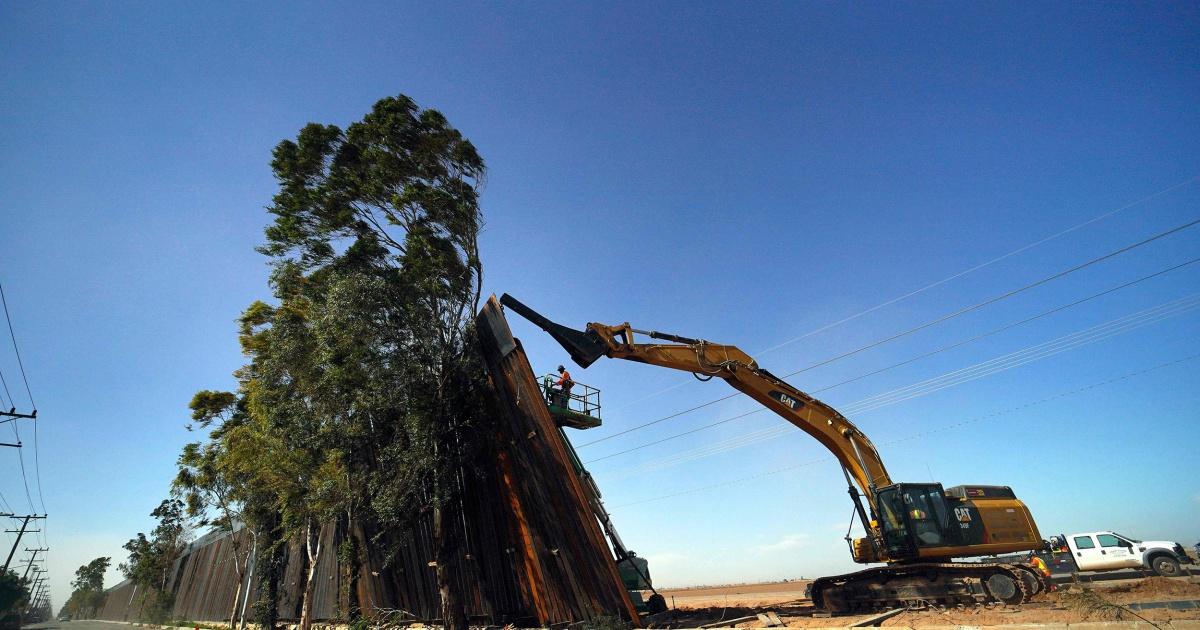 部分のカリフォルニアの国境壁を賜と秋にメキシコの後、強風