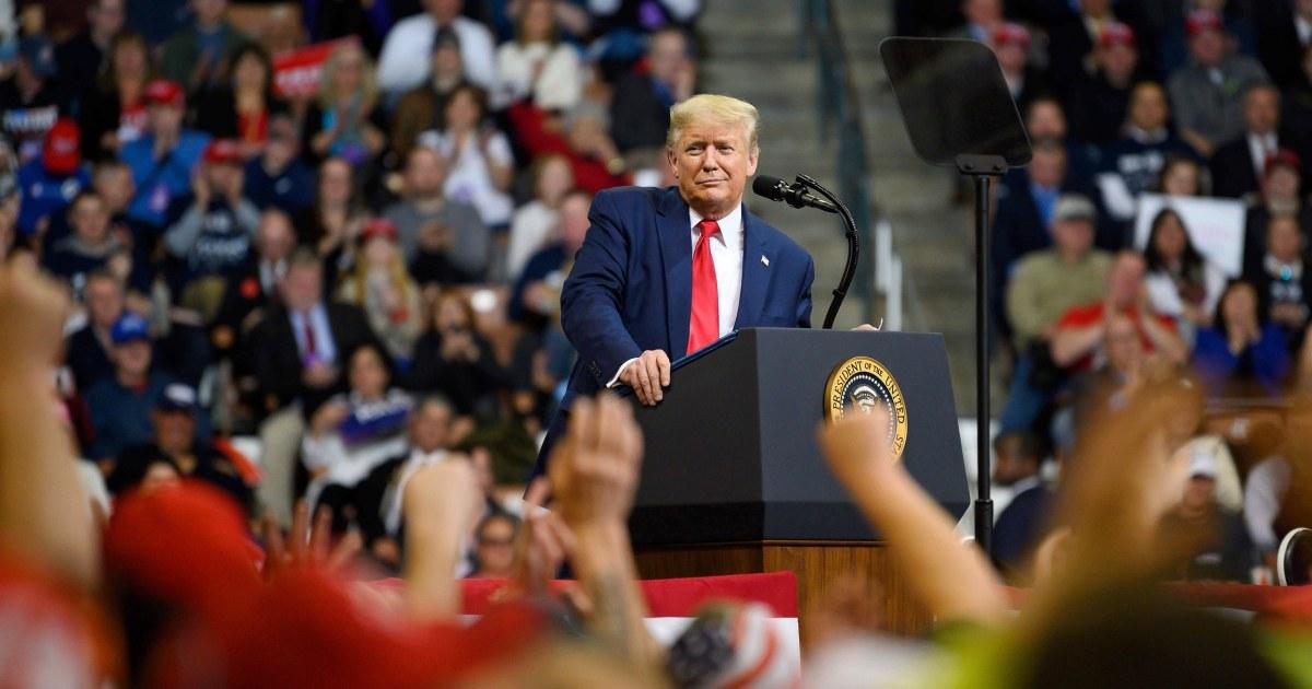 Trumpf sieht den hintergrund verweisen Demokraten am Vorabend der New Hampshire primary