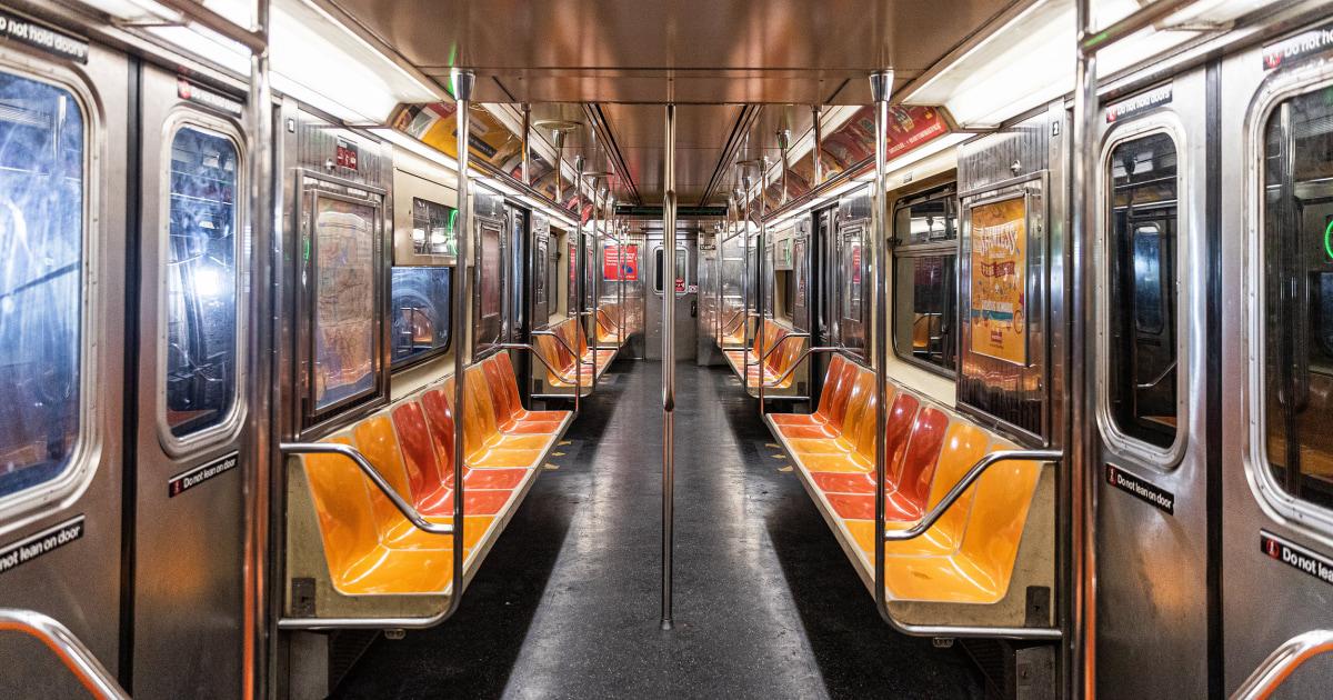 Video zeigt Beifahrer Verteidigung asiatische Frau gerichteten Rassismus in die U-Bahn