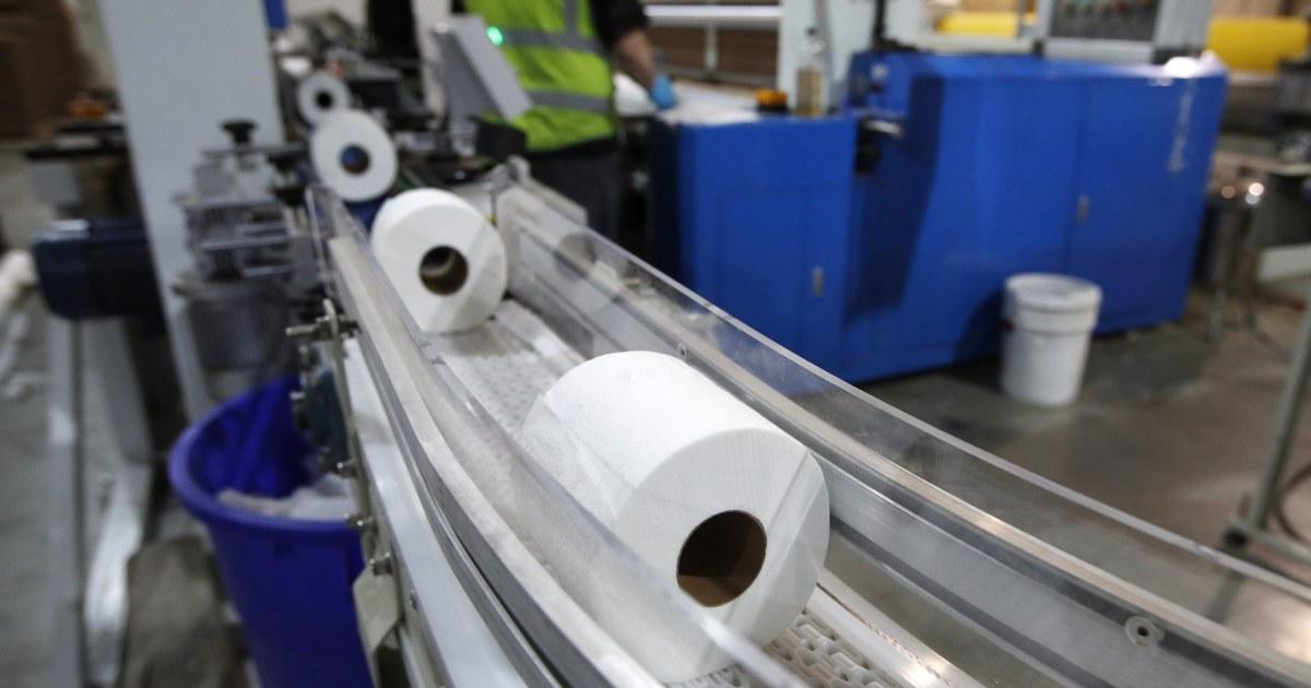 Αμερικανοί αντιμετώπιση coronavirus είναι απόφραξη τουαλέτες με σκουπίζει και T-shirts