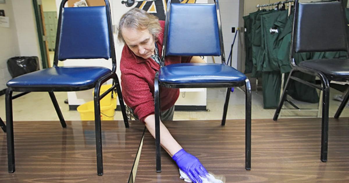 Muak, cemas dan diabaikan: Sanitasi pekerja di coronavirus lini depan yang mencari hormat
