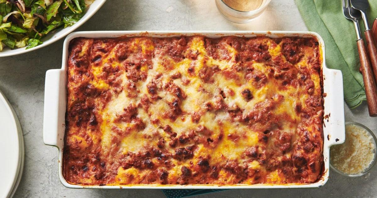 Αυτό το κλασικό cheesy βοείου κρέατος λαζάνια είναι την κυριακή το δείπνο σας οικογένεια ποθεί