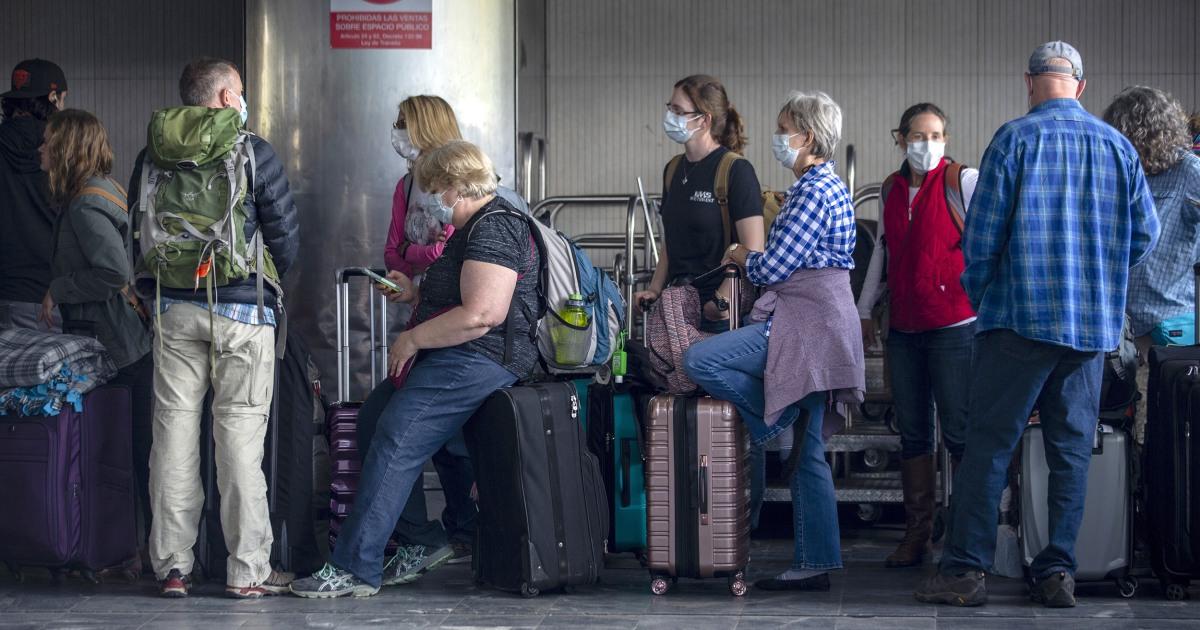 Departemen luar negeri memperingatkan orang Amerika yang terdampar di luar negeri bahwa waktu berjalan keluar