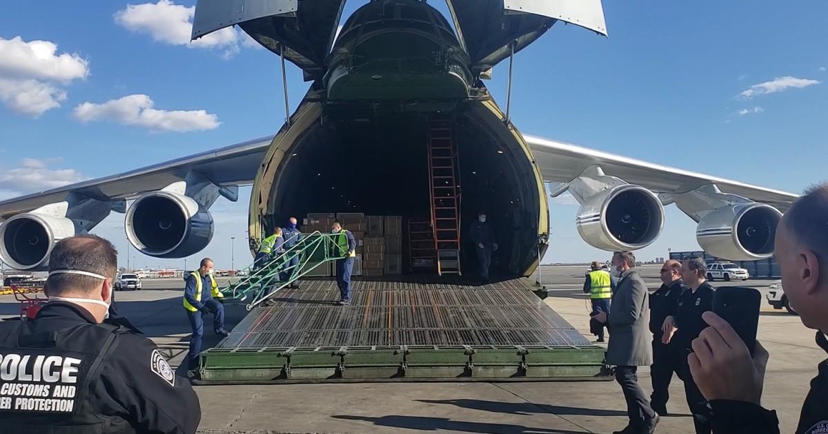 Russische Flugzeug mit coronavirus medizinische Ausrüstung landet in den USA nach Trumpf-Putin-Aufruf