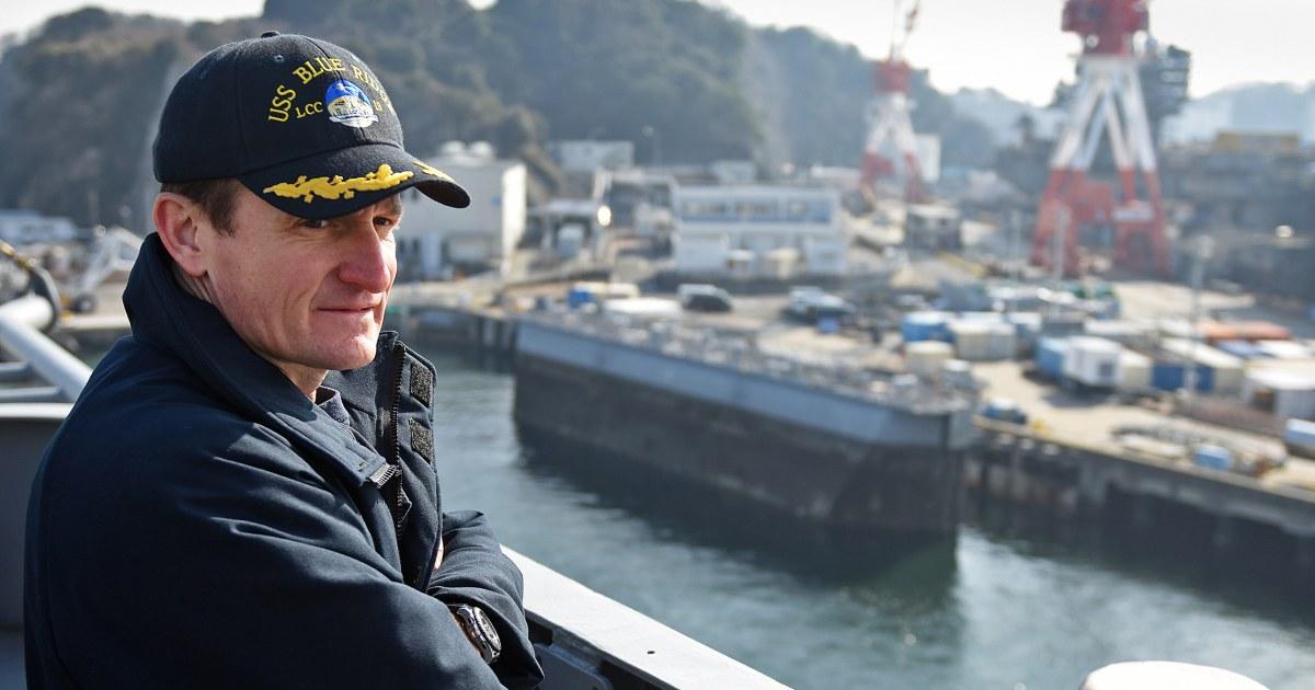 Beobachten Sie Segler jubeln Navy captain erleichtert, der Befehl nach dem auslösen alarm auf coronavirus