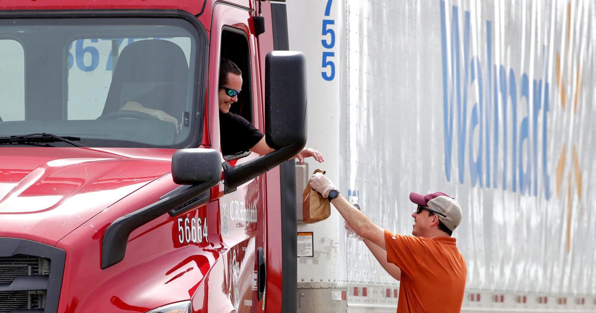 Sopir truk berani pribadi dan ekonomi risiko untuk mengisi rak-rak