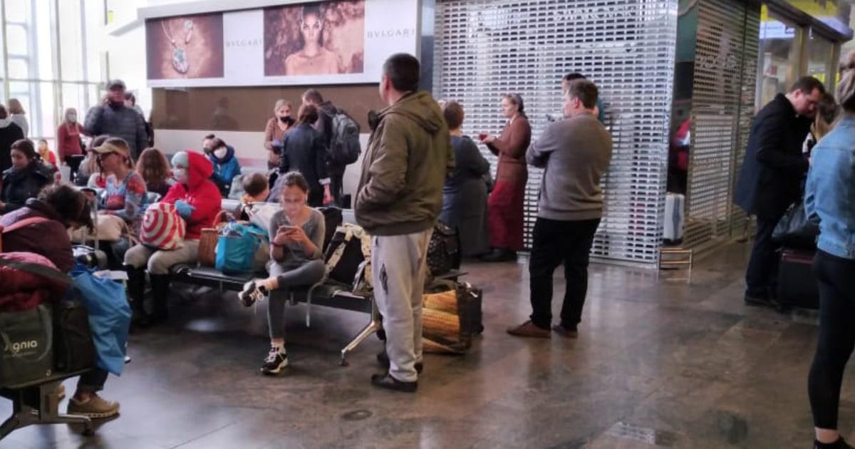 Orang amerika main 'permainan menunggu' setelah terakhir penumpang pesawat dari Moscow dibatalkan