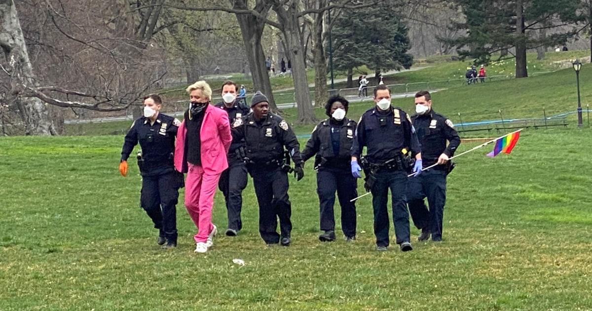 Pengunjuk rasa ditangkap di NYC COVID-19 rumah sakit lapangan yang dijalankan oleh anti-gay penginjil