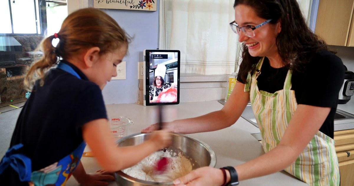 'Zoomover': Masih di karantina, keluarga Yahudi mempersiapkan diri untuk virtual Paskah