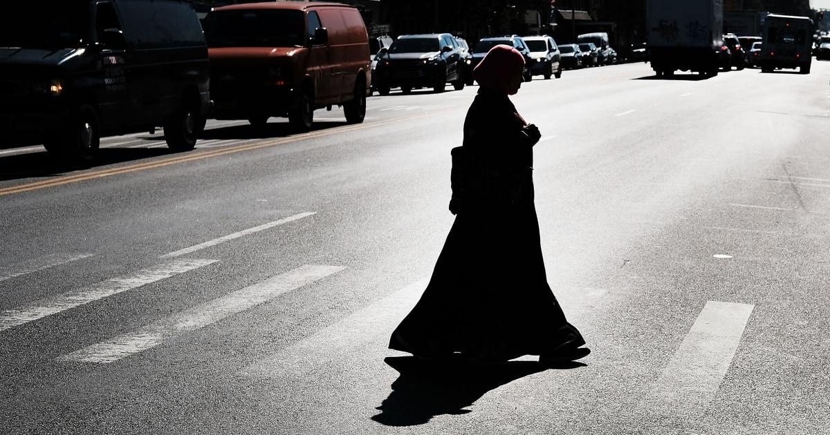 Muslim wanita mengatakan polisi memaksanya untuk melepas jilbabnya