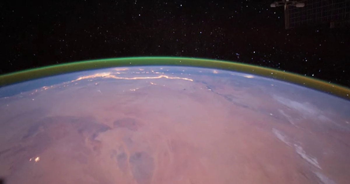 In the atmosphere of Mars, a green glow offers scientists hints for future visits