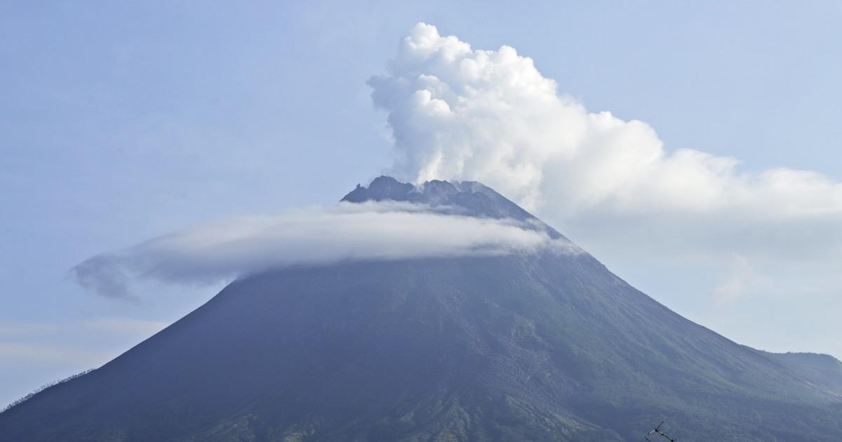 Hundreds evacuated as Indonesian volcano spews hot clouds