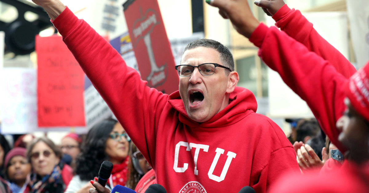 Teachers union approves deal with Chicago schools to return to class thumbnail