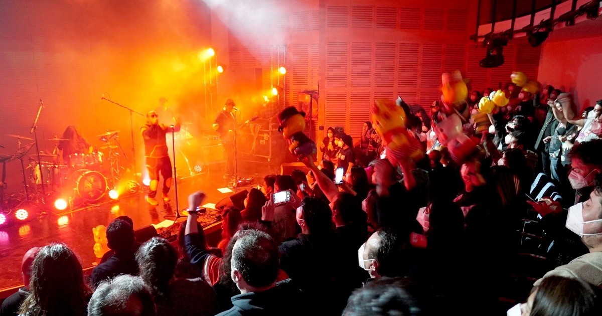 A concert during Covid with screaming and dancing? Vaccinated Chileans do a test.