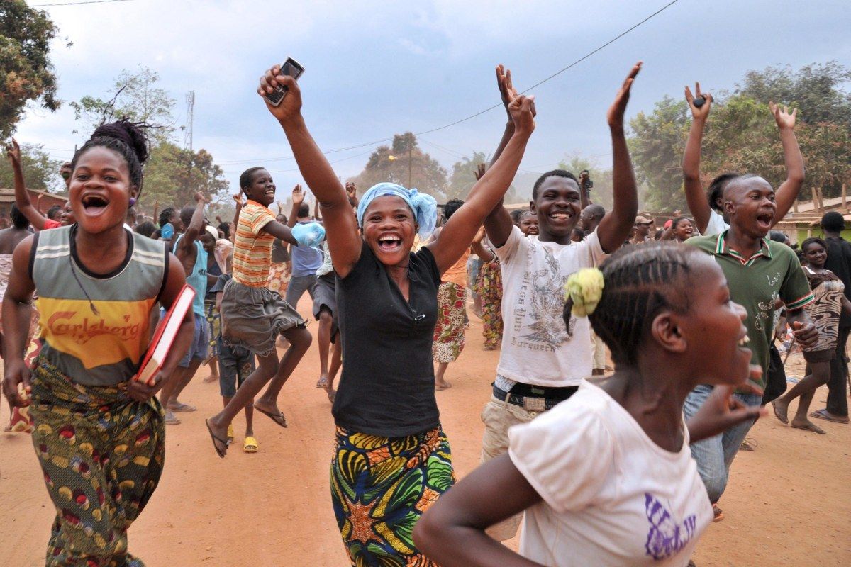 Image: Residents of Bangui celebrate after former Seleka rebels were escorted out of Kasai military camp