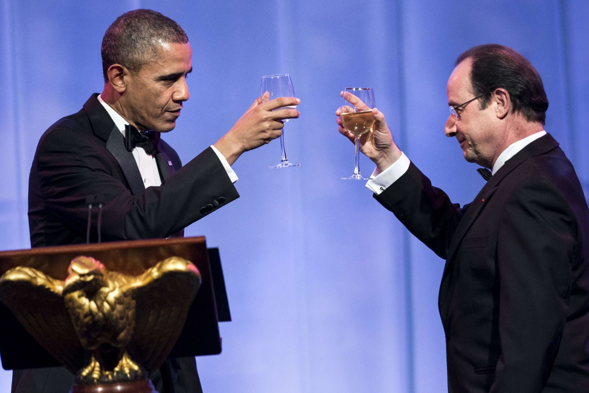 Image: US President Barack Obama (L) and French President Francois Hollande toast