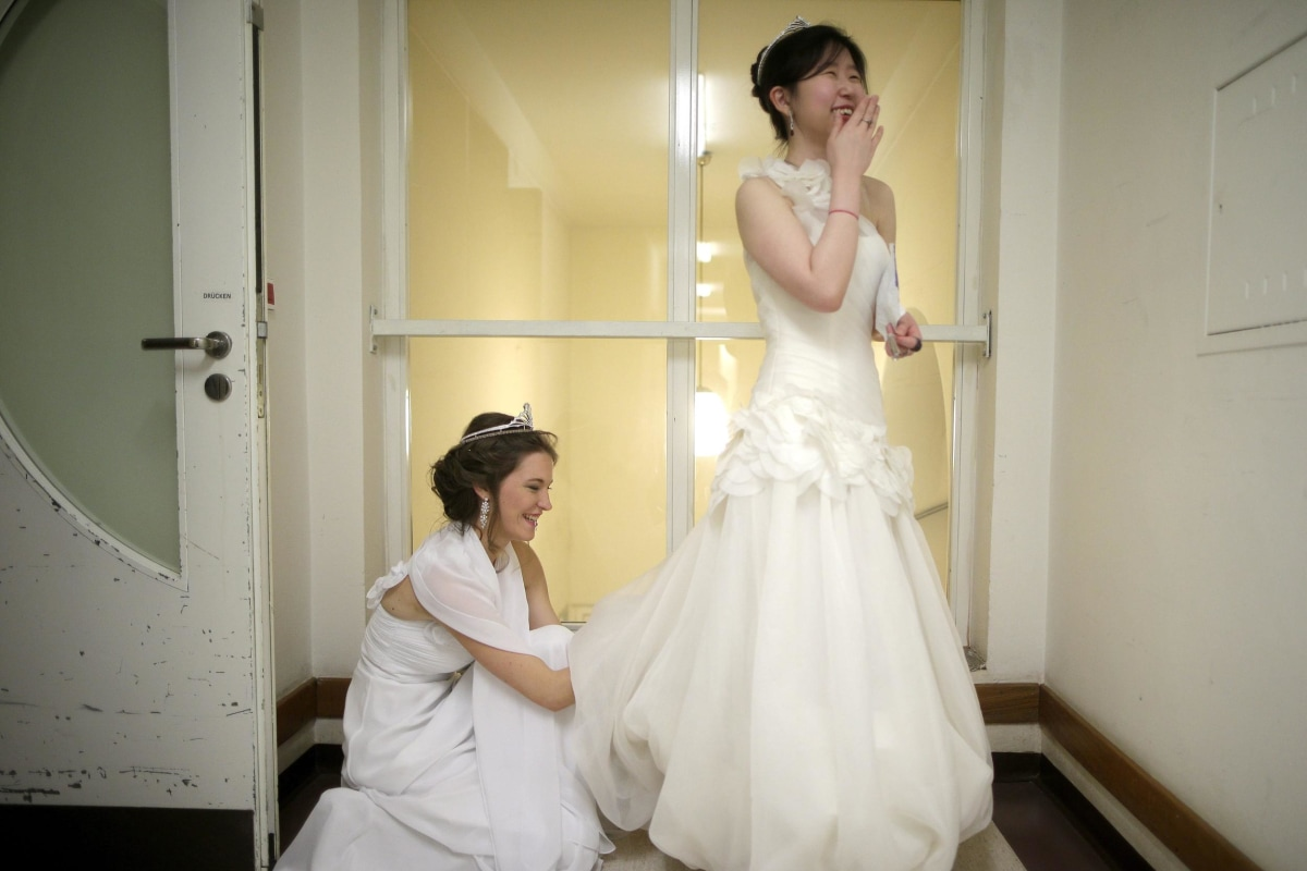 Image: Debutantes prepare for the opening ceremony of the Vienna Opera Ball