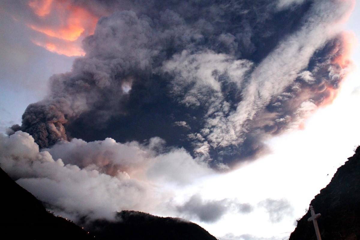 Image: The Tungurahua volcano erupts in Banos, Ecuador
