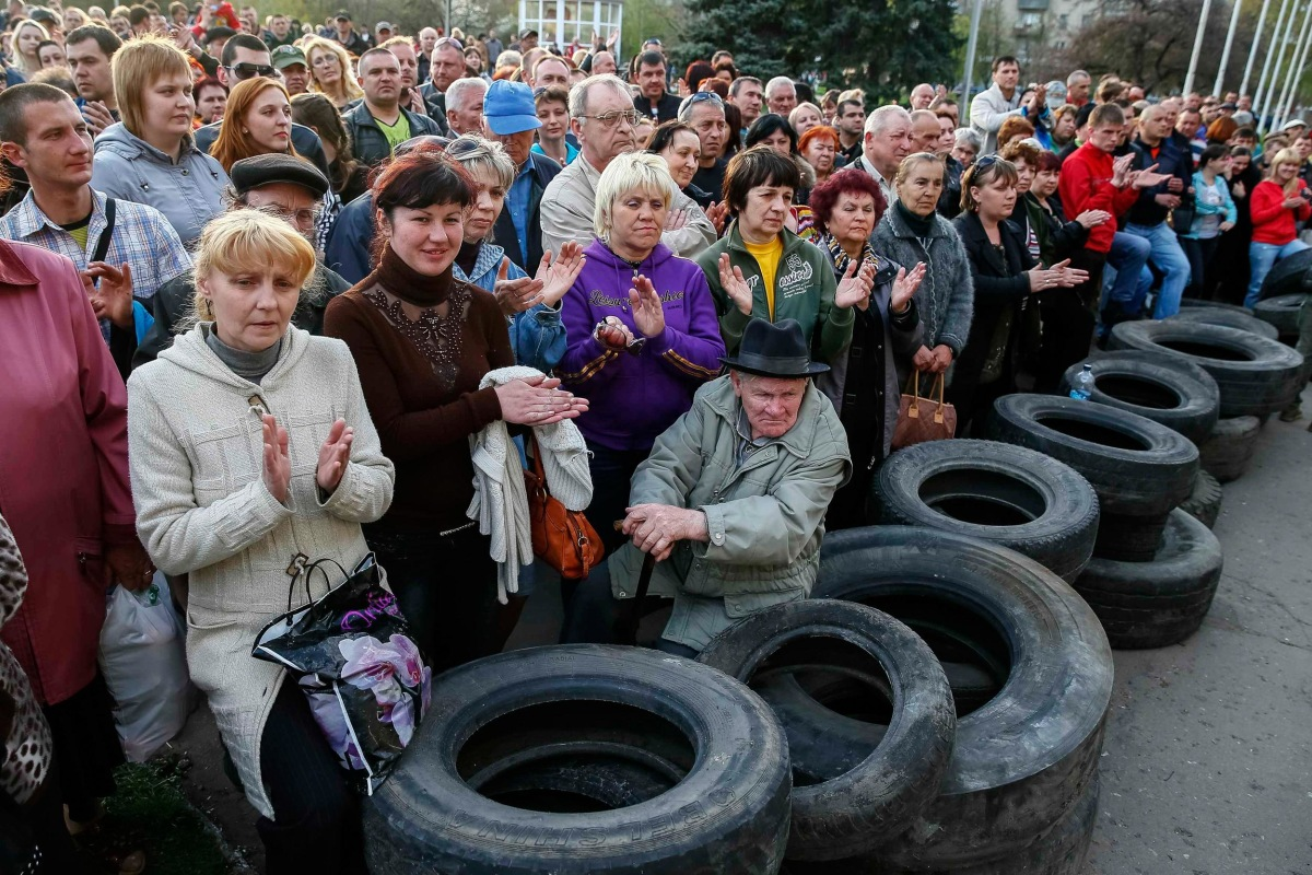 Image: Pro-Russian supporters gather outside the mayor's office in Slaviansk
