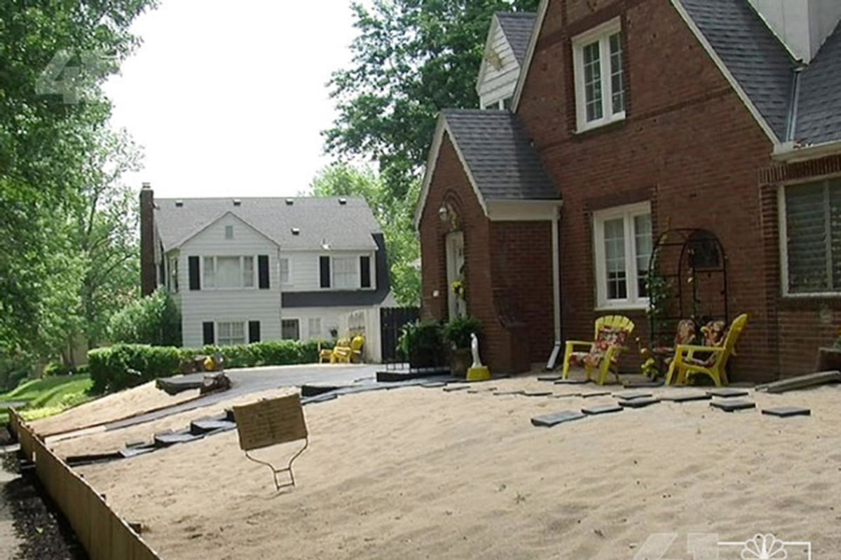 Image: A Kansas City homeowner replaced her lawn with 80 tons of sand