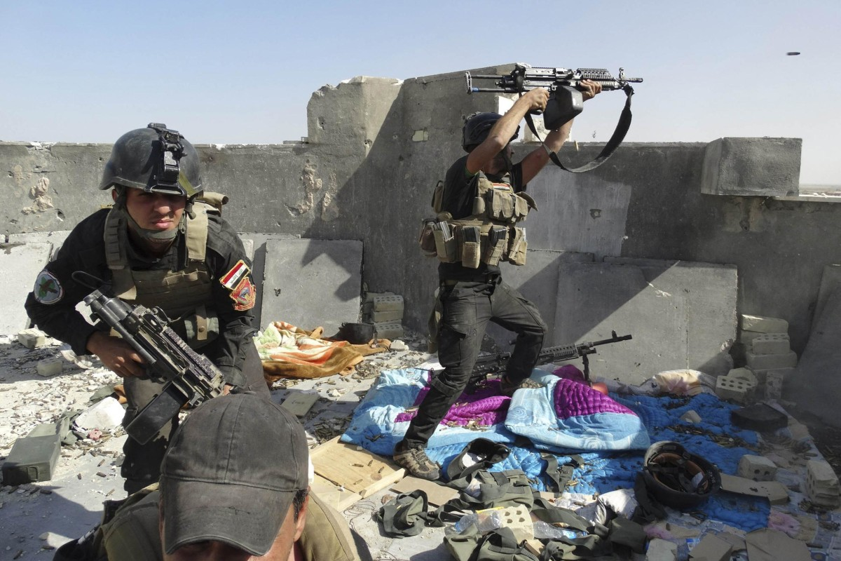 Image: Members of the Iraqi Special Operations Forces take their positions during clashes with the al Qaeda-linked Islamic State of Iraq and the Levant (ISIL) in the city of Ramadi.