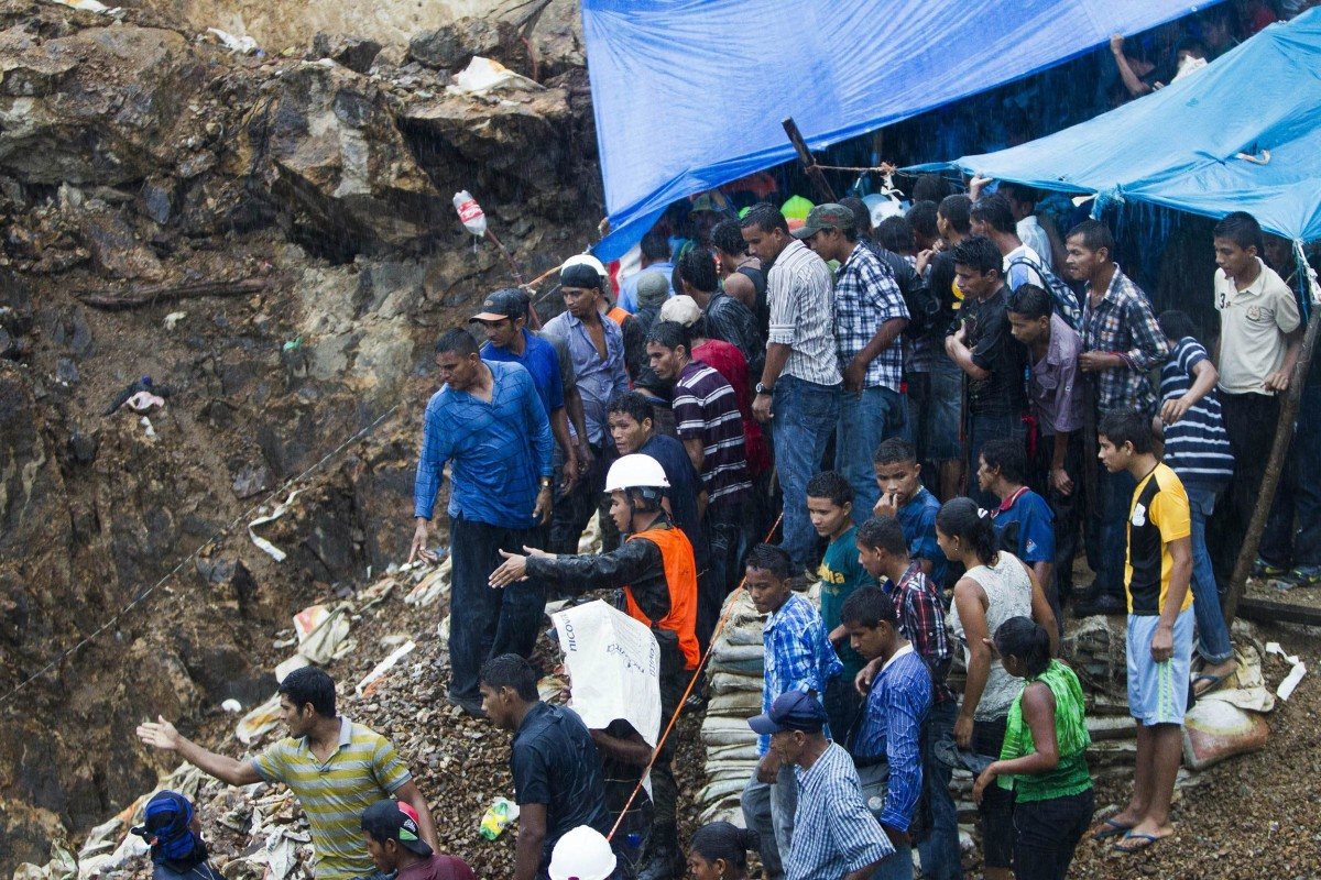 Image: Rescuers search for trapped miners