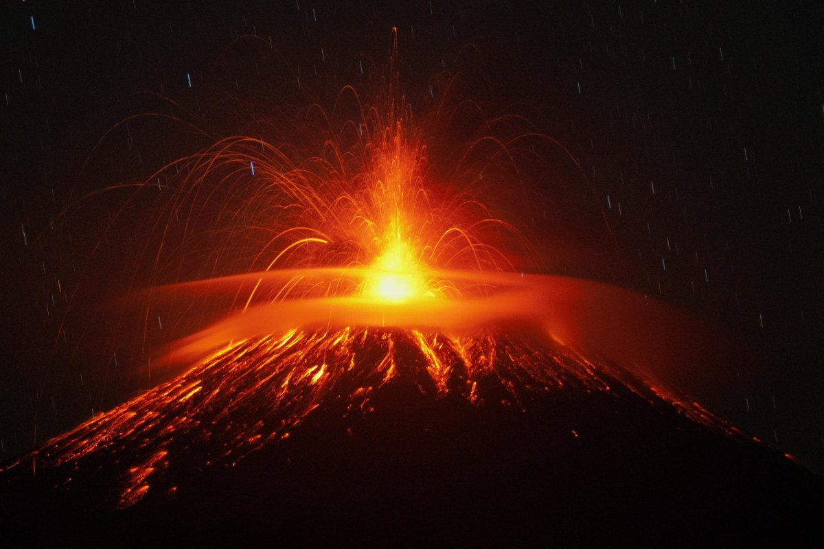 Image:Indonesian Volcano Erupts
