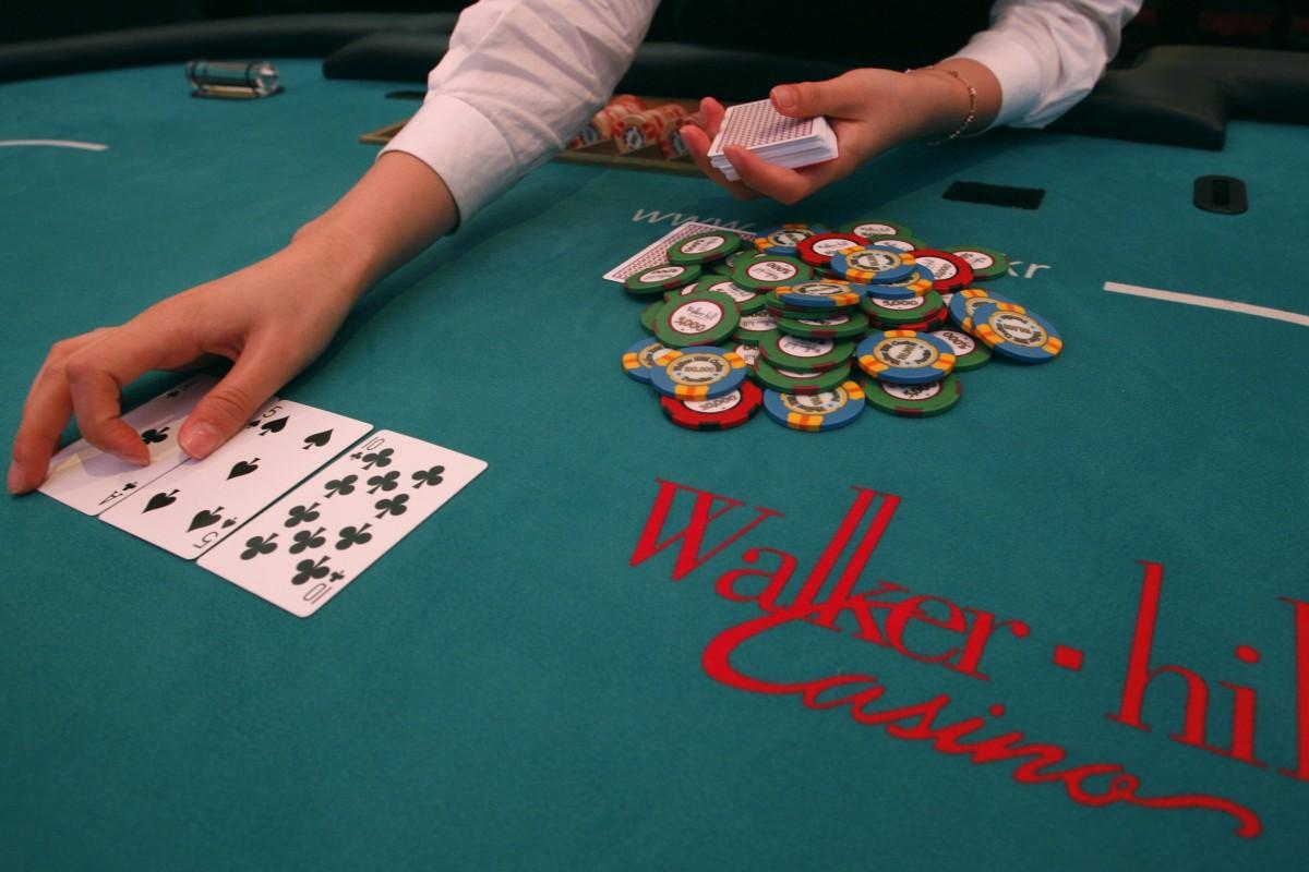 Трахнул крупье на столе в покер 6 фотография