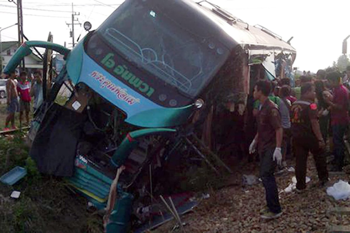 Image: A train crashed into a tourist bus killed three people