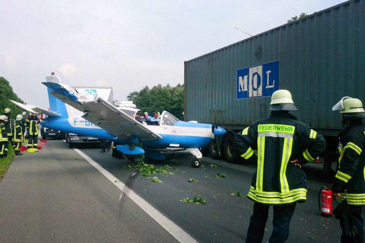 Image: Plane lands on German highway