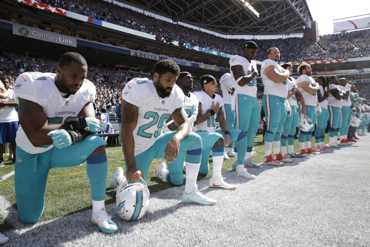 https://media1.s-nbcnews.com/j/newscms/2016_37/1705116/160912-miami-dolphins-kneel-cr-0743_64585a4e3857ab2cd09606f2778cd35e.nbcnews-fp-1200-800.jpg