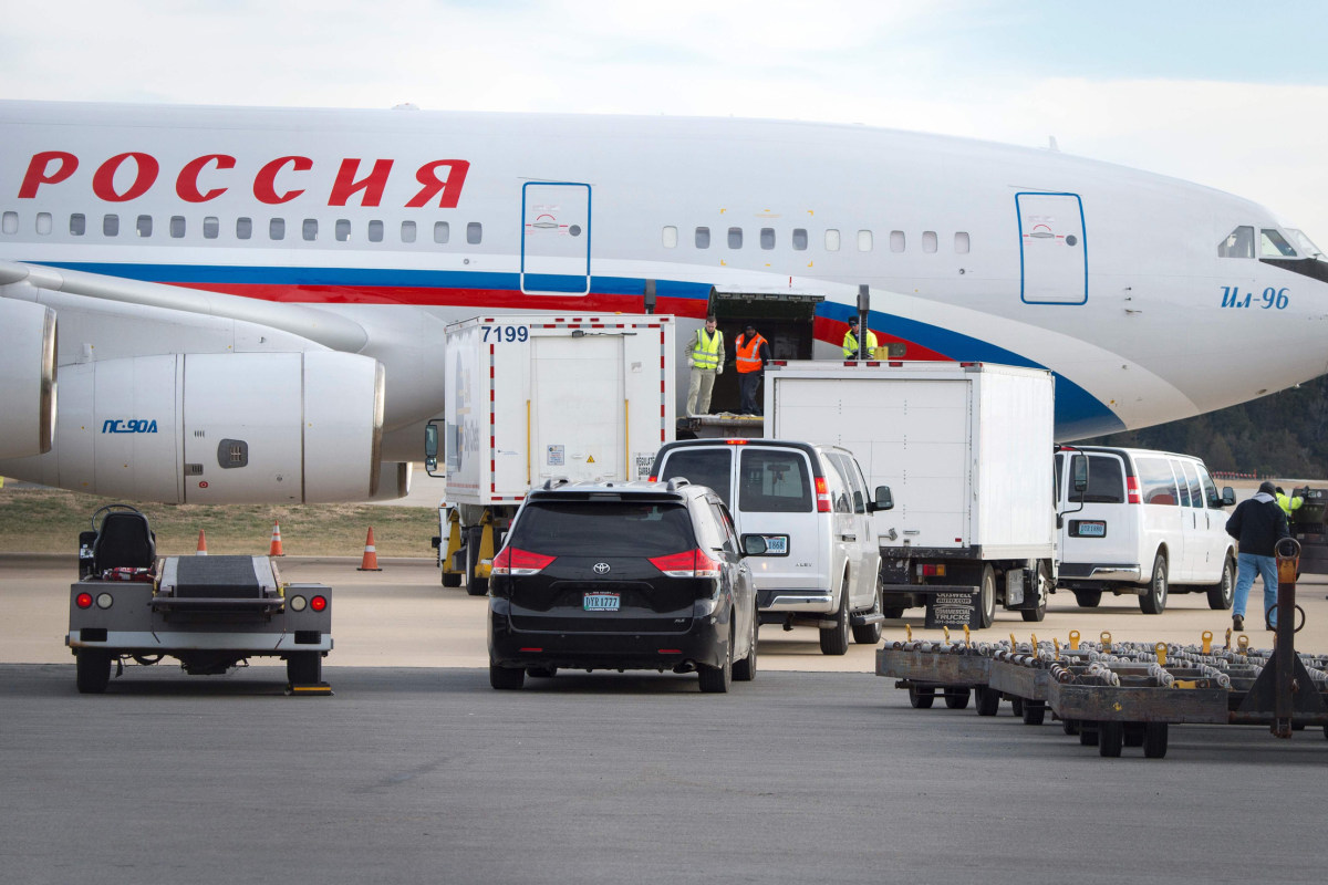 35 Expelled Russian Diplomats and Families Arrive Back in Moscow