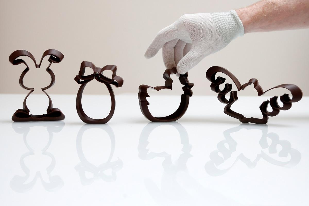 Image: Üç boyutlu Paskalya temalı şekiller Gembloux'daki Belçika çikolata şirketi Miam Factory'de resmediliyor.