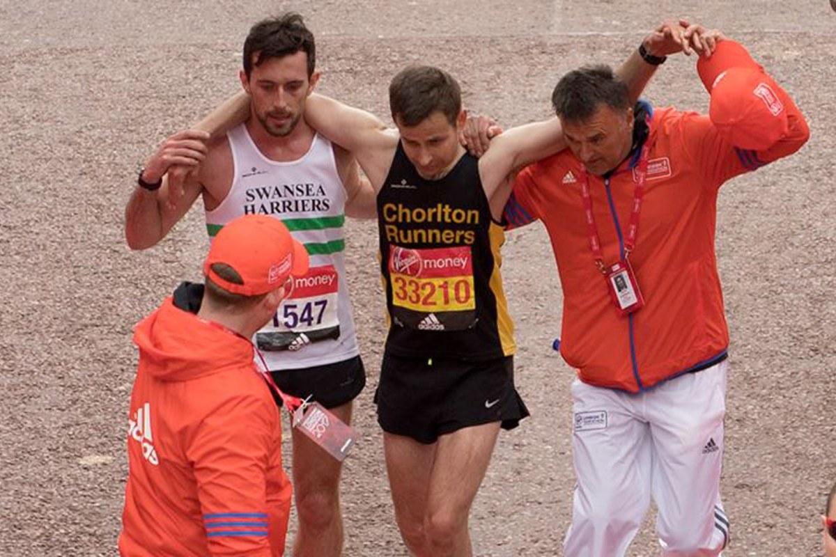London Marathon Runner Helps Exhausted Man Cross Finish ...