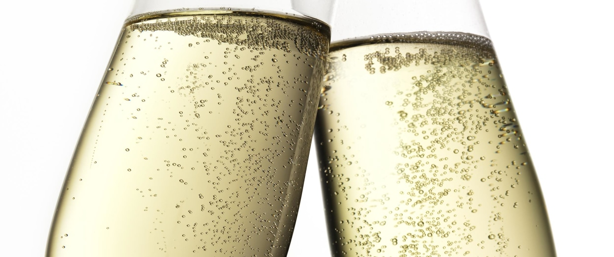 Image: Two Champagne flutes clinking