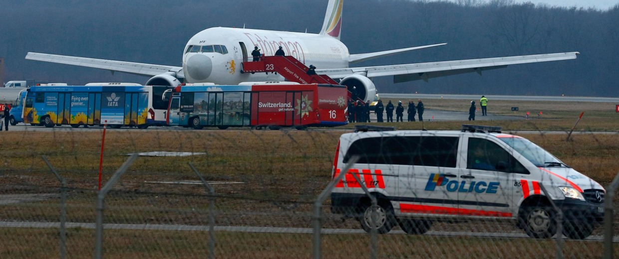 Image: Police officers stand around hijacked Ethiopian Airlines flight ET 702 at Cointrin airport in Geneva
