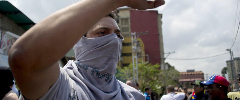 Image: Venezuelan demonstrators chant harangues against the government of Venezuelan President Nicolas Maduro