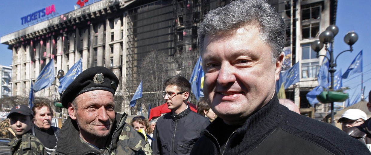 Image: Presidential candidate Petro Poroshenko shakes hands with a Maidan activist in Kiev