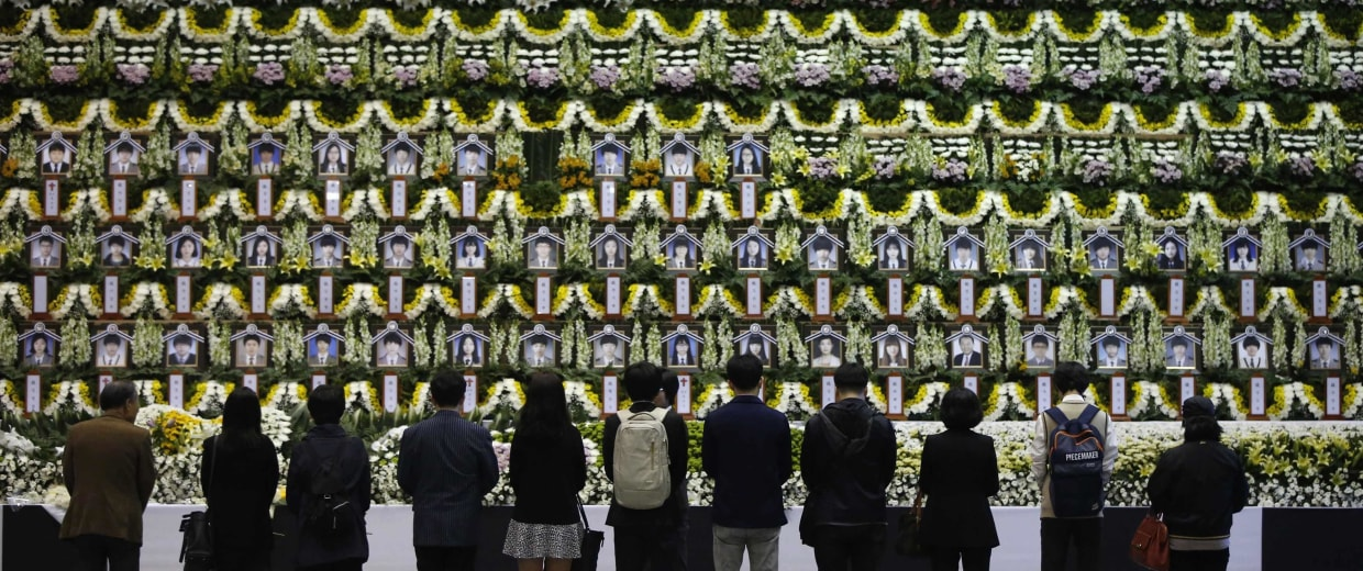 Image: Mourners pay tribute to victims of the capsized passenger ship Sewol in Ansan