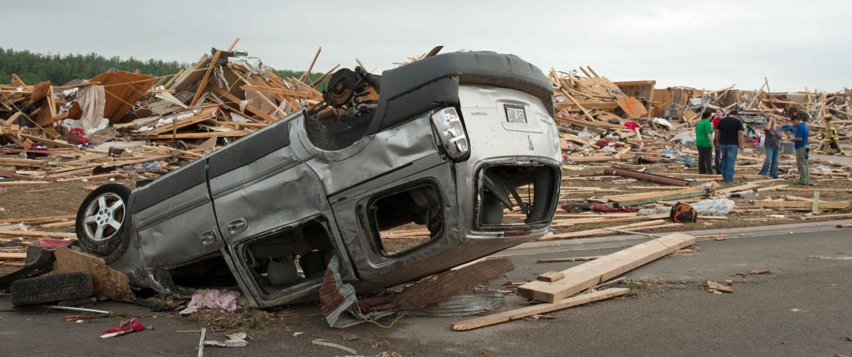 Image: People search through the rubble of destroyed houses a day after a tornado hit the town of Vilonia