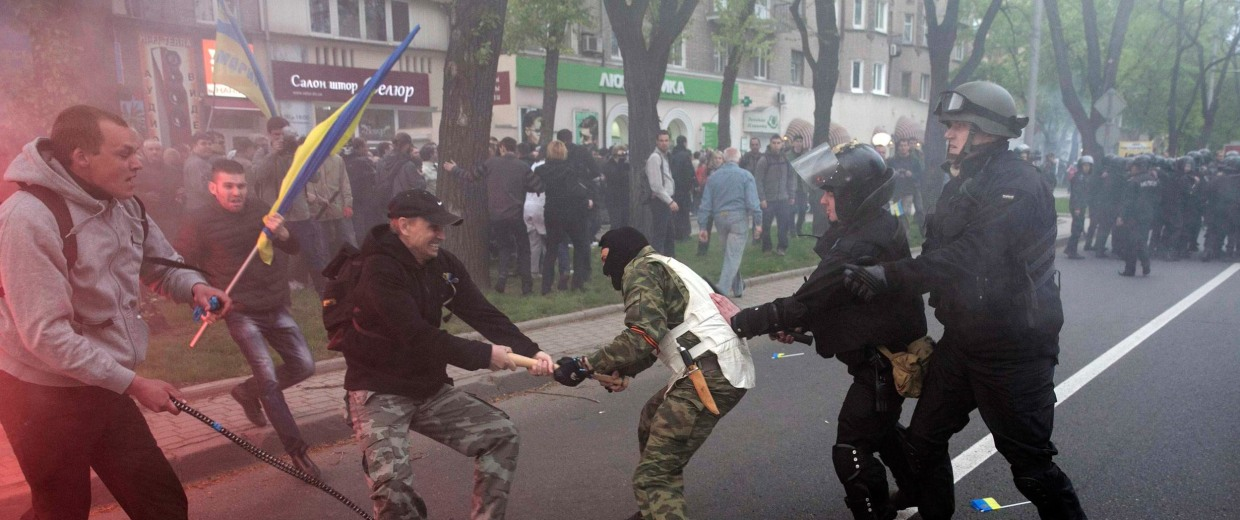 Image: Ukrainian police try to stop a pro-Russian and pro-Ukrainian supporter during clashes at a pro-Ukrainian rally in Donetsk