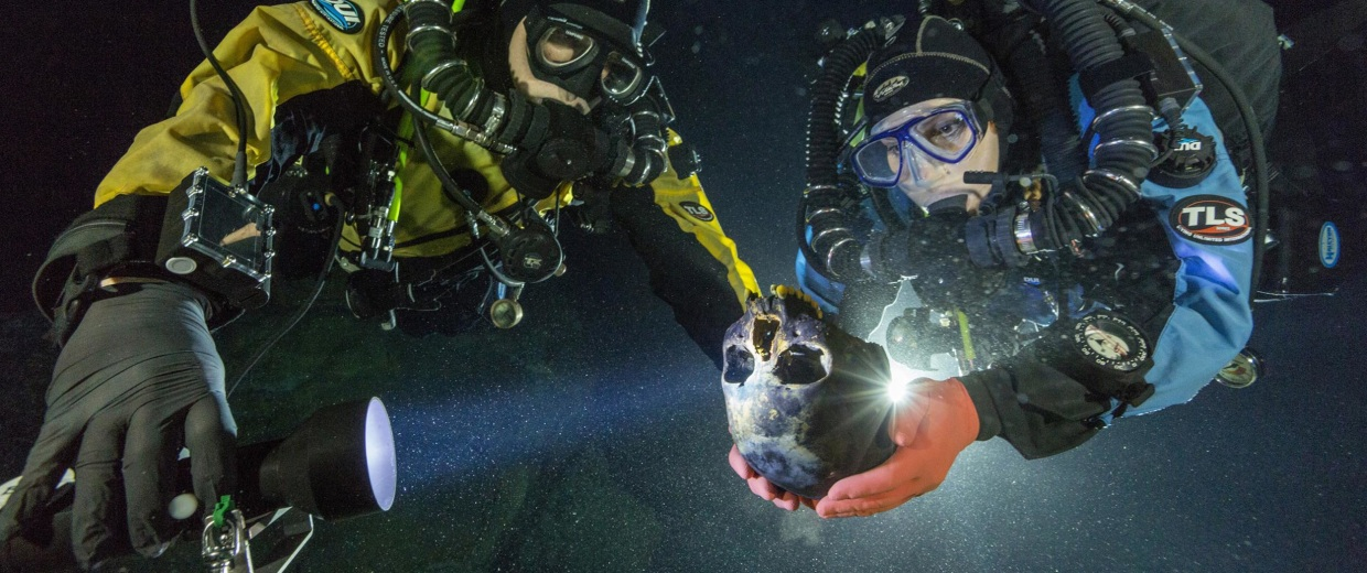 Image: Divers transport the Hoyo Negro skull