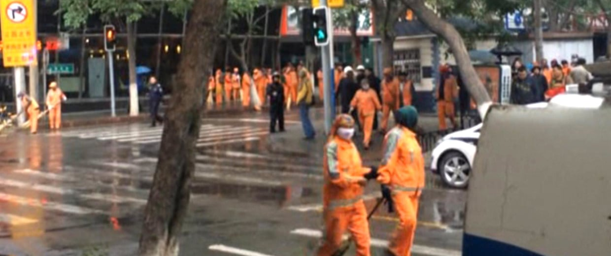 Image:cleaners clear a street in Urumqi