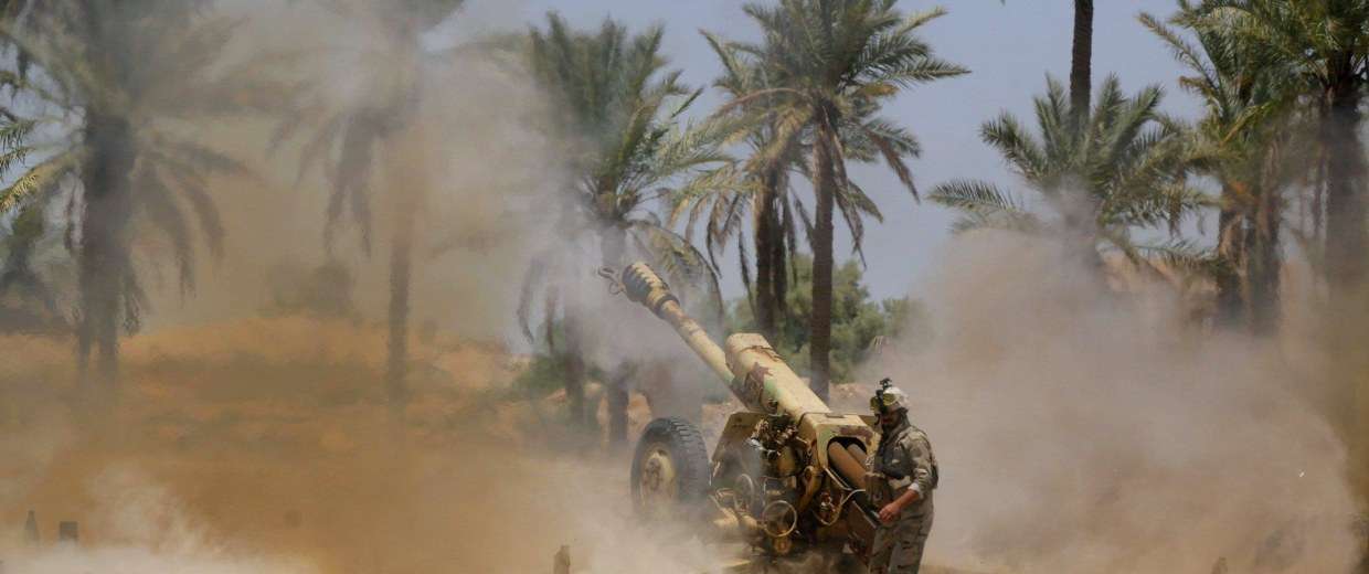 Image: Iraqi security forces fire artillery during clashes with Sunni militant group Islamic State of Iraq and the Levant in Jurf al-Sakhar