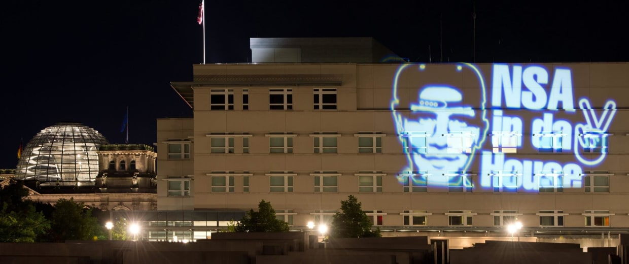 Image: Light projection on US embassy in Berlin