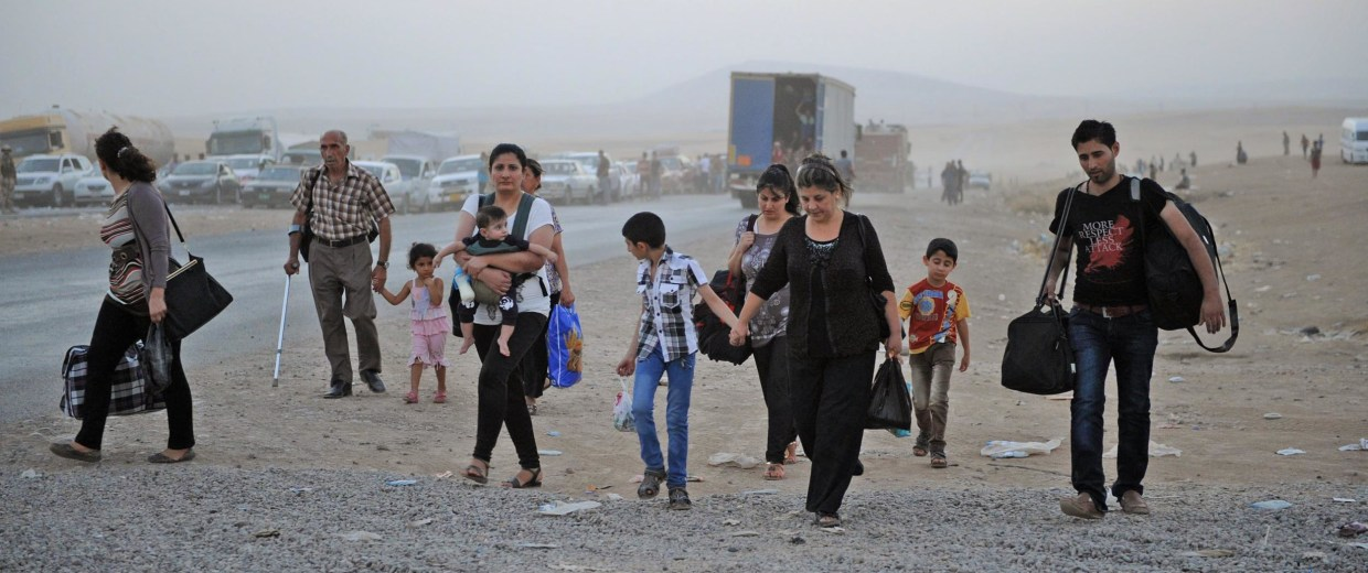 Image: Thousands flee Iraq's Mosul