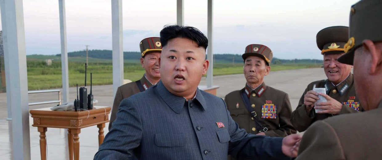Image: Kim Jong-un inspects paratrooper units