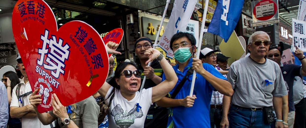 Image: Pro-government protesters take part in a rally in the Mongkok district