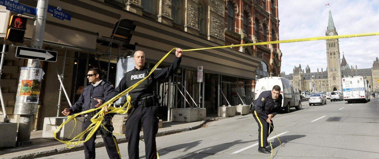 Image: RCMP officers close off streets near Parliament Hilll following a shooting incident in Ottawa
