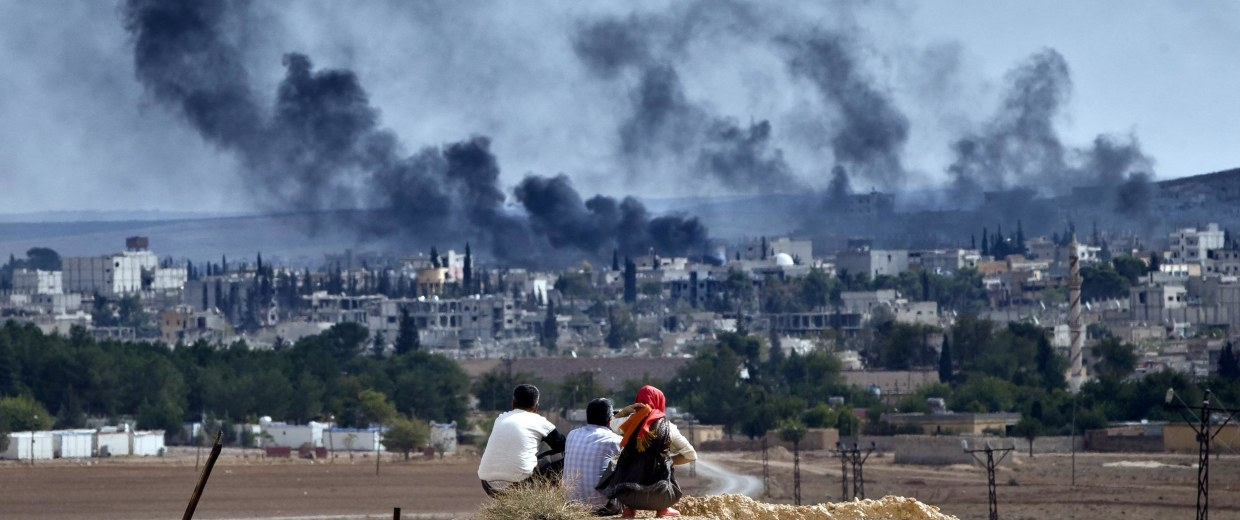 Image: Syrian Kurdish refugees from Kobani watch fighting across the border in Kobani